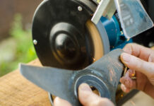 experts-showing-how-to-sharpen-lawn-mower-blades-at-home